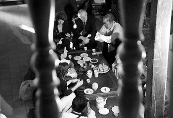 007.Du khách có thể ngồi thưởng thức trà, hạt dưa, mứt, kẹo... và nghe hát ả đào