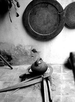 012.Một góc bếp của người Hà Nội xưa.
